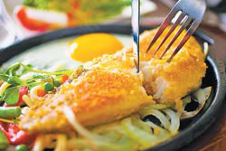 香煎鱈魚排 套餐 把鱈魚裹薄粉煎至金黃色,口感鮮嫩。