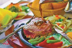 紐西蘭菲力/套餐採用紐西蘭特選的P.S級菲力,香煎七分熟後淋上黑胡椒醬汁,風味最可口