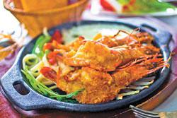 香煎蝦排/套餐採用大草蝦,沾胡椒粉及酥炸粉煎至酥香,可吃到草蝦的滑嫩口感