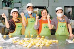 為了製作好吃的山藥饅頭,瑞芳農會家政班的姊妹們,揉麵糰揉出了雙臂肌肉