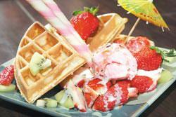 南河町的草莓鬆餅可以嘗到多顆新鮮的大湖草莓,甜蜜的滋味相當受到遊客歡迎