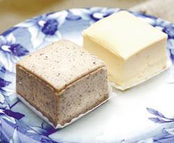 石碇老街「陳家豆腐味」製作的黑豆腐蛋糕沒有腥味,保留豆腐清爽的香味,已成為人氣商品
