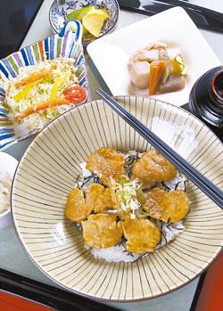 薑燒腰內丼/180元+10%外層口感柔滑、口味鹹香,是針對附近上班族群特別開發的商業午餐
