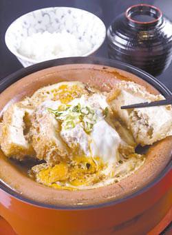 豆腐勝煮御膳350元+10% 軟綿鹹香又下飯,搭配飯、漬物、小菜、甜點、飲料、沙拉和味噌湯的套餐,是田村銀勝亭的招牌料理