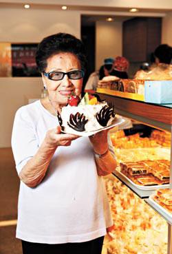 老闆娘高李森娣高齡89歲的生計第一代老闆娘,現在還常常在店裡招呼客人,對品質非常要求
