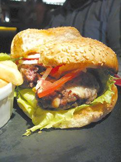 招牌牛肉起司漢堡佐沙拉與薯條/360元手剁沙朗牛肉製成的漢堡排,中間還呈現粉紅色,肉汁豐沛中又富咬勁