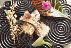 來自宜蘭當地漁港的烤紅喉魚,新鮮到連魚眼珠都還軟黏,肉質細緻多汁搭配稻穗爆米花,不但美麗米粒也是脆口噴香