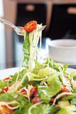 煙燻香腸冷麵結合大量的生菜和義大利天使麵,口味清爽