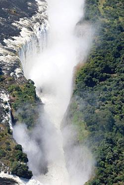 維多利亞大瀑布跨越辛巴威與尚比亞國界,鐵橋即是兩國國界,它是世界三大瀑布之一