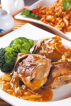 磨菇鮪魚琵琶骨/360元+10%▲口感軟嫩的鮪魚下巴肉,加上磨菇醬和雙手上的刀叉,誤以為這盤是牛菲力呢
