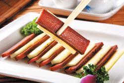 蘋果油魚子/380元+10%▲油魚子不但味道比烏魚子還重、還鹹,口感也比較軟,因此以蘋果來化解鹹膩度