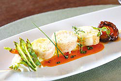做成魚捲形狀的鮮蒸日本長崎天然真鯛,有著主廚的細膩手工