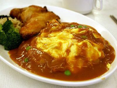 鮮嫩多汁的雞腿蛋包飯,滑順的口感令人忍不住一口接一口
