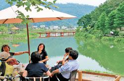 騎單車逛望龍埤,或坐在湖畔喝咖啡,享受悠閒的湖光山色
