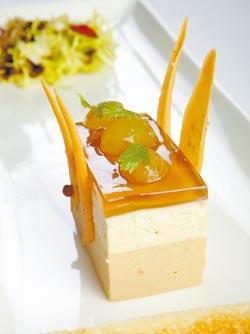 鴨肝蛋糕佐酒漬葡萄▲雙色的鴨肝慕斯,顏色和滋味都一淺一深,底層鹹而香、中層甜而帶奶味,表層酒漬葡萄果凍則是清爽緩衝