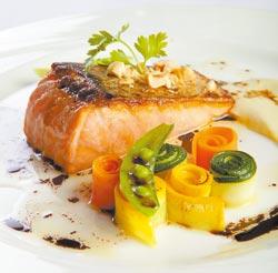 煎烤北歐鮮鮭魚佐巴沙米可醋榛果橄欖油 ▲嫩煎手法讓鮭魚表皮又硬又脆,入口香酥,火候恰到好處的魚肉,色澤外淺內深,中心還保有微凍口感,令人眼睛為之一亮