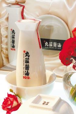 百年歷史的丸莊醬油,今年委由磁器名師陳俊良監製,雙碗配一瓶的禮盒設計,有100周年的隱諭,每組售價2000元,破國內醬油最貴記錄