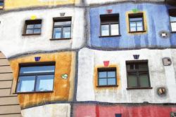 騎著單車可鑽進維也納的尋常住宅區,此為百水先生設計的市民公寓,相當有喜感