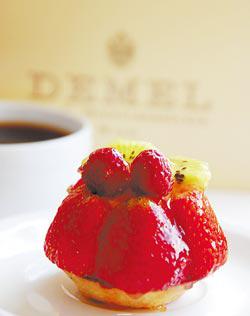 騎著單車也可探索維也納的甜點世界,圖為皇家御用甜點店Demel的季節草莓塔,Demel是在地人最喜歡的糕點,遠勝沙河蛋糕