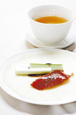 片鴨捲餅是烤鴨三吃的第一吃,遠東用鹽與五香粉搓洗全鴨,反而多了意外的一味