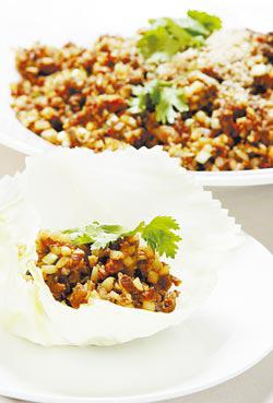 生菜包鴨鬆是一鴨三吃的其中一道料理