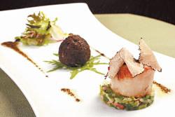 採用的干貝等級不斷向上提升,現在選用每顆直徑長達4公分的北海道大干貝,中間形如黑松露者,是以黑松露碎和蕈菇拌炒而成。