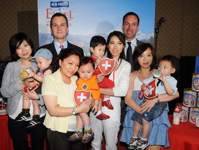 台灣雀巢總經理賀富華先生與雀巢瑞士寶兒的優質媽媽寶寶