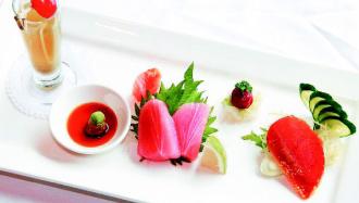 日華金典酒店的東港黑鮪魚套餐,黑鮪魚生魚片搭配烏魚子,激盪嶄新口感。