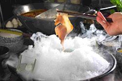口感像紹興醉肉,上桌時以冰山覆蓋,再配上乾冰,營造令人驚豔的視覺效果。