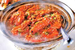 粉絲草蝦煲/320元+10%▲砂鍋盛裝,熱燙噴香,粉絲草蝦煲的分量大、滋味足,老少咸宜