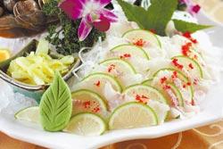 鱘龍魚生魚片/1800元套餐之一+10% 採用現點現殺的鱘龍魚肉,肉質脆嫩帶Q,口感特別。