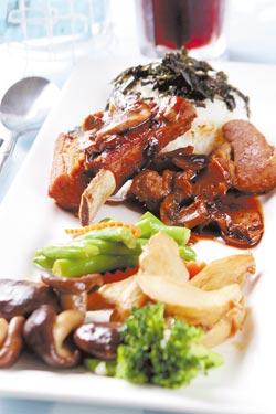 Little Thing的無錫肉骨飯不只擺盤精緻,味道也不輸坊間一般餐廳,主餐外還附飲料和熱湯。