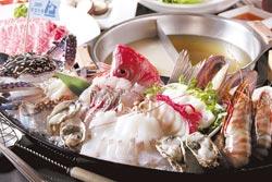 世運海鮮百匯船火鍋套餐/各式海鮮的世運海鮮船,不但食材夠鮮、分量也很驚人(註:七月底為止)。