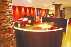 漢堡王台中逢甲店/採用「明日餐廳」的設計概念,空間色彩明亮活潑,富有設計感的桌椅更是一大特色。