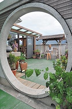 空中花園是阿公的傑作,有庭園造景、搖椅、漂流木,可遠眺中央山脈。