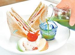 早餐有特製三明治,還有用多樣蔬果做成的養生蔬果汁,比高級餐廳準備的養生汁還營養呢。