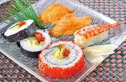 荷風藍亭也提供日式套餐服務,壽司、手卷、烤雞腿、蒸蛋、味噌湯、飲料,每套350元。