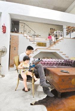 客廳以樓梯層層退縮為主題,客人可坐在階梯上欣賞對牆的大螢幕電影。