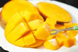 把芒果切井字吃,能嘗到完整的風味。