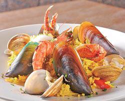 黃橙橙的米飯上,鋪滿蛤蜊、淡菜、蝦子、蟹鉗和花枝等海鮮,感覺很澎派。