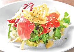 采采沙拉  4種蔬菜,加上粉狀、片狀和烤過的3種起司,鋪上風乾火腿,從前菜就可以看出老闆的大方