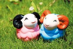 來可達羊場可以嘗試彩繪小羊,100元。