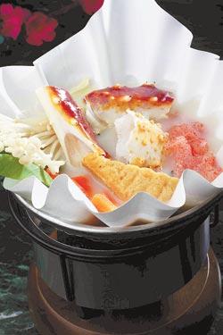 帝王蟹豚骨湯的湯底是用熬煮兩天的大骨湯,湯頭含豐富的膠質及鈣質。321_8385cc