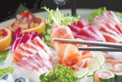 生魚片是上閤屋的招牌,每天10點由產地直送台中店,種類約8至10種。