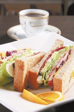 精緻三明治/全麥麵包烤酥後夾入生菜、水果和番茄,並搭配燻雞肉和起司片,口感十分清爽。