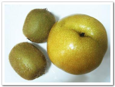 奇異果富含膳食纖維,水梨則有生津解渴之功效