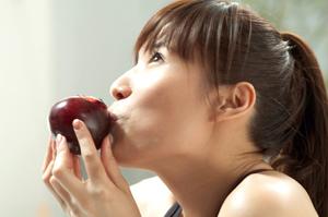 你知道除了外在的防護之外,食用當季的新鮮水果也能幫助你的皮膚抵擋太陽的侵害嗎?