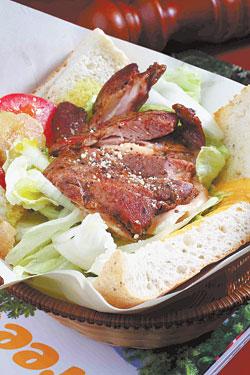 紅酒雞肉法可夏/採用義式香料麵包,搭配生菜、自製香煎紅酒雞肉,口感清爽又有飽足感。