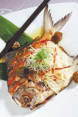 梅汁白鯧/採用台中港品質最好的白鯧魚,以香煎手法搭配梅汁沾醬,增添白鯧魚的清爽風味。