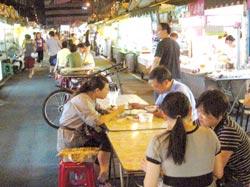 緊鄰汐止運動公園兩側的黃昏市場與觀光夜市,是許多民眾下班打牙祭的好去處,前者設有一五八攤,是汐止最大傳統市,後者在中間走道貼心設置座位區,民眾不用徒步打牙祭(圖,潘杏惠攝),六家素食攤位進駐,讓喜愛吃素食料理的饕客更有口福。